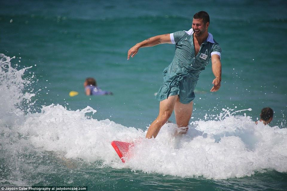 2D86FCD600000578-3277814-A_man_surfing_in_a_dress_is_a_bizarre_sight_at_Bondi_beach_on_a_-a-10_1445169205000.jpg