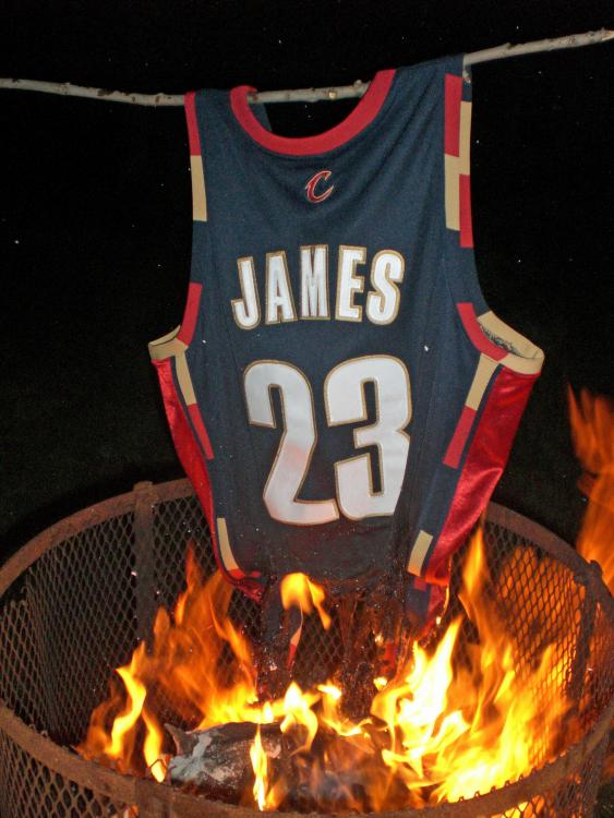 burning-lebron-jersey.thumb.jpeg.62187834074d2fd0b3c85f8a08c4be6c.jpeg